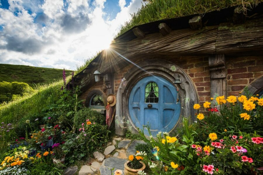 hobbit hole the shire new zealand lord of the rings tour hobbiton movie set
